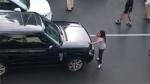 गुस्साई पत्नी ने बीच सड़क कार रोक किया पति से झगड़ा, जानिये क्या है वजह