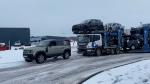 लैंड रोवर डिफेंडर ने 10 गुना भारी कार्गो ट्रक को खींचा, वीडियो इंटरनेट पर हुआ वायरल