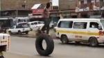 लड़के ने Truck के टायर पर चढ़कर दिखाया हैरतअंगेज Stunt, ट्विटर यूजर्स बोले -