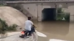 गहरे पानी में उतरी Royal Enfield बाइक तो इंजन हुआ फेल, देखें वीडियो
