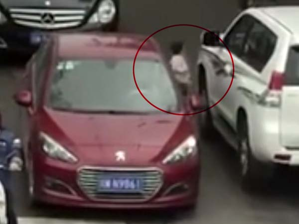 VIDEO: जब दो चलती कारों के बीच आई छोटी बच्ची!