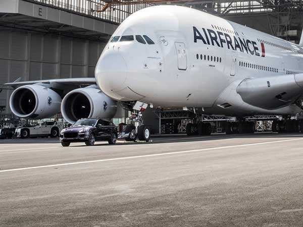 Airbus A380 को खींचकर किया पोर्श Cayenne ने तोड़ा विश्व रेकॉर्ड