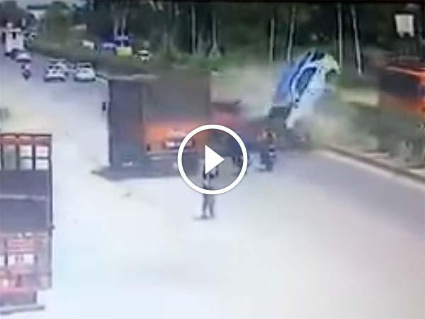 वीडियो में देखिए कैसे 2 गाड़ियों की टक्कर में 3 की हो गई मौत?
