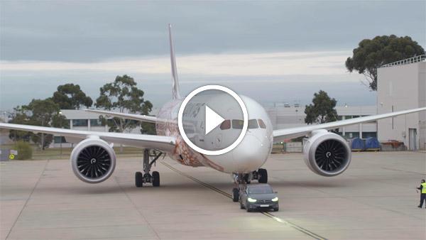 टेस्ला की इस इलेक्ट्रिक कार ने खींची प्लेन - देखें विडियो