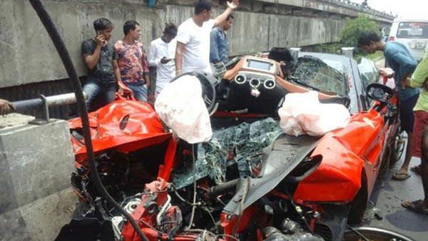 Ferrari Accident: एक पल में करोड़ों की कार के उड़ गयें परखच्चे, बिजनेसमैन की मौत