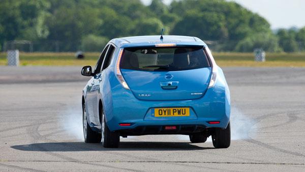 क्या होगा जब कार को ड्राइव करते समय अचानक रिवर्स गियर में डालेंगे?