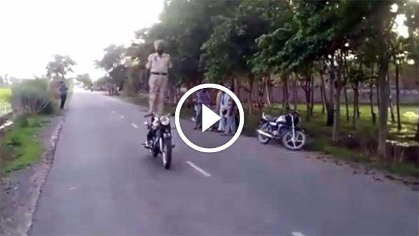 सीट पर खड़े होकर रॉयल एनफील्ड को दौड़ाई 84 किलोमीटर - देखें विडियो