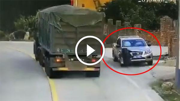 ट्रक का टायर उड़कर गिरा कार पर - फिर देखिये क्या हुआ