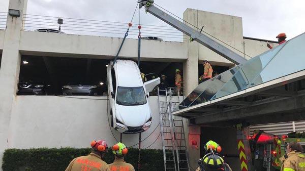 महिला अपनी कार के साथ लटक गयी बिल्डिंग के तारों में, जानिए फिर क्या हुआ