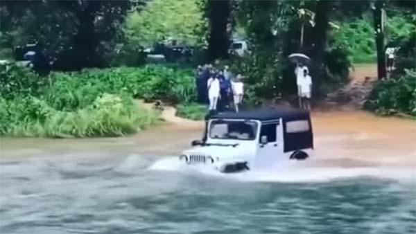 महिंद्रा थार कर रहा उफनती हुई नदी को पार, देखिये यह हैरतअंगेज कारनामा