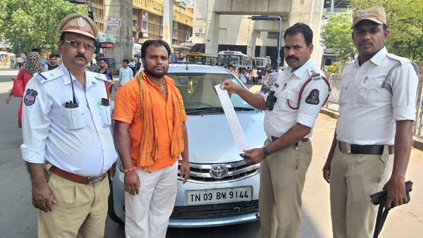 पुलिसवालों ने इस टोयोटा इटिओस ओनर पर ठोंका करीब 1 लाख का जुर्माना, जानिए क्या है वजह