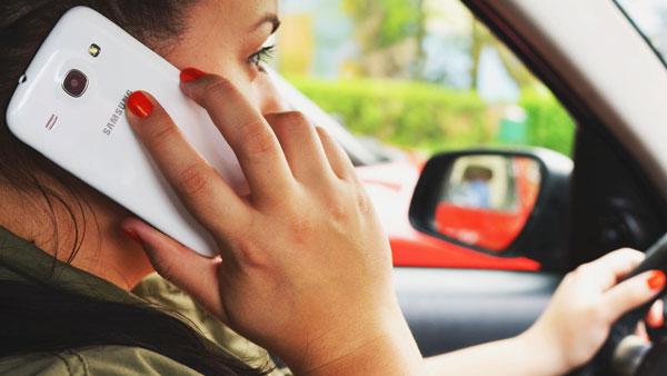 वाहन चलाते समय मोबाईल फोन का उपयोग पड़ेगा महंगा, देना होगा भीरी जुर्माना