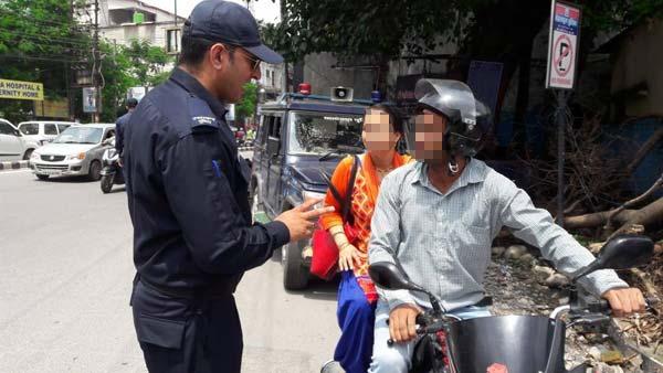 केरल में दोपहिया पर पीछे बैठने वाले यात्रियों के लिए हेलमेट अनिवार्य
