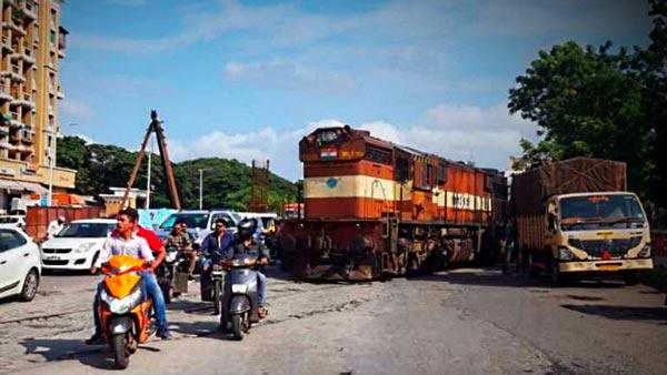 ट्रेन इंजन आया पुणे की सड़क पर, बड़ा हादसा होने से बचा देखें वीडियो