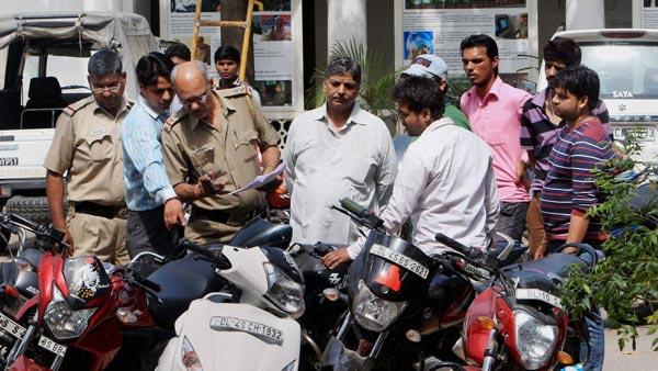 बिहार पुलिस ट्रैफिक उल्लंघन करने वालों लोगों को चालान की जगह दे रही है हेलमेट और इंश्योरेंस