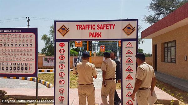 हरियाणा ट्रैफिक पुलिस ने चलाया जागरूकता अभियान, फूल बांट कर कहा नियम का पालन करें