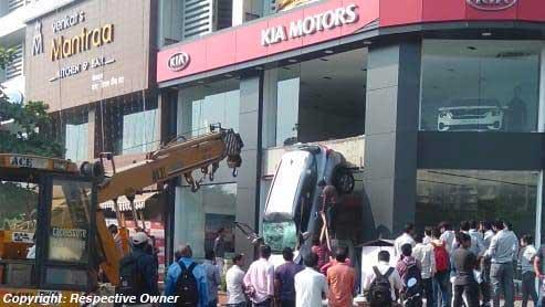 मुंबई में शोरूम से बहार आ गिरी किया सेल्टोस एसयूवी, एयरबैग ने बचाई ड्राइवर की जान