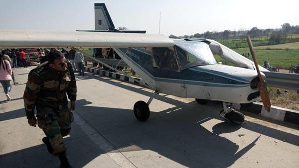 एनसीसी ट्रेनिंग एयरक्राफ्ट ने की एक्सप्रेसवे पर एमरजेंसी लैंडिंग, देखें तस्वीरें