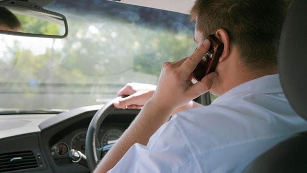 सड़क किनारे गाड़ी खड़ी कर मोबाइल पर करते हैं बात, तो कटेगा चालान