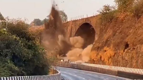 मंबई-पुणे हाई-वे पर 190 साल पुराने अम्रुतांजन ब्रिज को विस्फोटकों से गिराया, देखें वीडियो