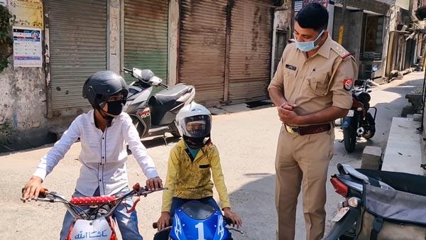 लॉकडाउन में पॉकेट बाइक पर निकले दो बच्चे को पुलिस ने पकड़ा, देखें वीडियो