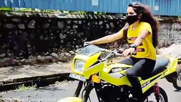 बिना हेलमेट के मॉडिफाइड बाइक चला रही यह लड़की, पुलिस ने लगाया 20,500 रुपये का फाइन