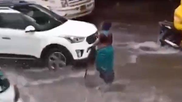 हादसे से बचाने के लिए खुले गटर के सामने 7 घंटे तक खड़ी रही महिला, वीडियो हुआ वायरल