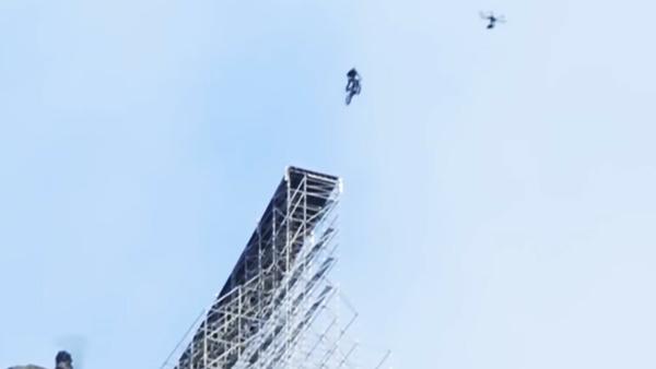 Tom Cruise Motorcycle Stunt: मोटरसाइकिल पर स्टंट करते दिखे टॉम क्रूज, जल्द आएगी नई फिल्म