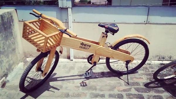 पैसों की तंगी के कारण कारपेंटर ने बनाई लकड़ी की साइकिल, अब विदेशों से आ रहे हैं आर्डर