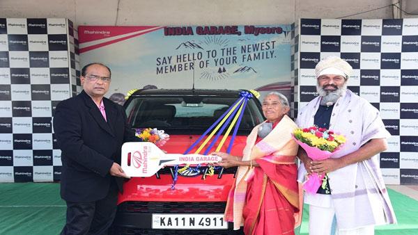 स्कूटर से मां को तीर्थ यात्रा कराने वाले व्यक्ति को आनंद महिंद्रा ने दी नई केयूवी100