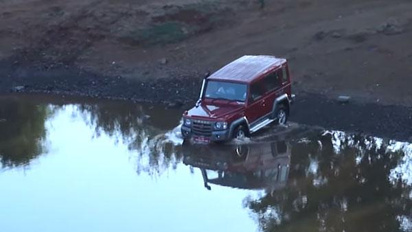 Force Gurkha Off Roading Capability: गहरे पानी को आसानी से पार कर गई फोर्स गोरखा, देखें वीडियो