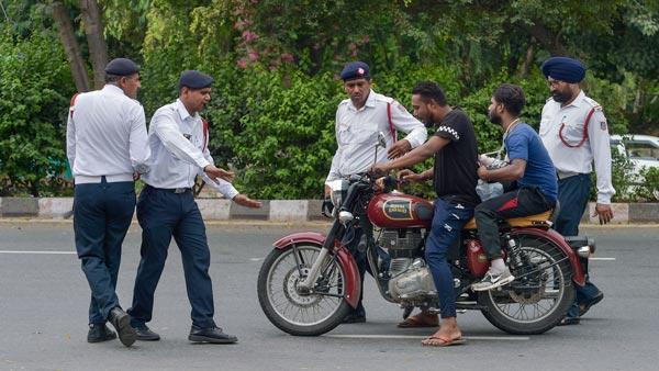Motor Vehicle Act: ट्रैफिक पुलिस से की बदतमीजी तो जब्त होगा लाइसेंस, लागू हुआ नया नियम
