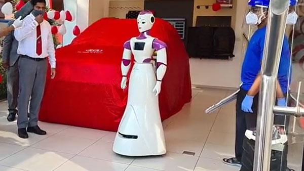 Kia Sonet Delivery Taken By A Robot: रोबोट ने ली किया साॅनेट की डिलीवरी, देखें वीडियो