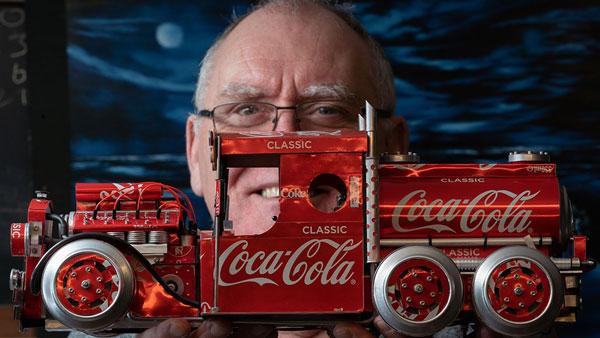 57 वर्षीय बुजुर्ग ने पेश की कारीगरी की मिसाल, सॉफ्ट ड्रिंक की खाली कैन से बना डाली सैकड़ों कार मॉडल