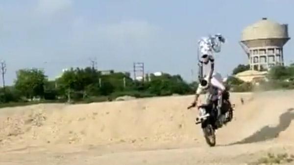 RE Bullet Stunt Goes Wrong: रॉयल एनफील्ड बुलेट को उड़ाया हवा में और फिर हुआ ये, देखें वीडियो