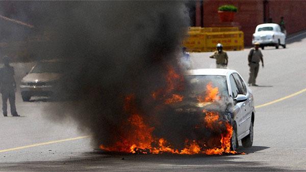 Car Fire Safety Tips: अगर कार में लग जाए आग, तो ऐसे बचाएं अपनी जान, फाॅलो करें ये टिप्स