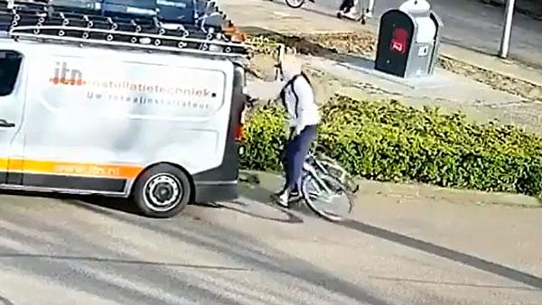 साइकिलिंग करते हुए मोबाइल फोन चलाने की मिली सजा, वीडियो देख हंसी न छूट जाए तो कहना