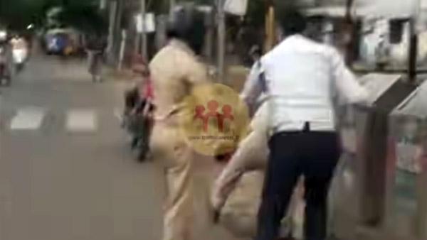 Corona Curfew में क्यों एक पुलिसकर्मी, Traffic Constable से करने लगा मारपीट? वीडियो हो रहा वायरल