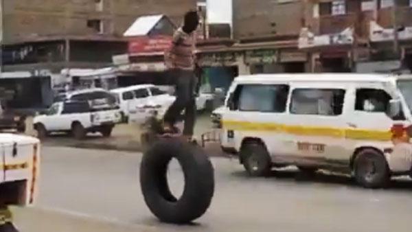 """लड़के ने Truck के टायर पर चढ़कर दिखाया हैरतअंगेज Stunt, ट्विटर यूजर्स बोले - """"बंदे ने कमाल कर दिया"""""""