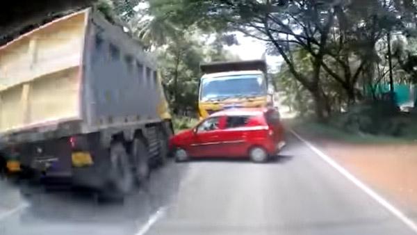 Overtaking में दो डम्परों के बीच दबने से बची Maruti Alto हैचबैक, वीडियो देख दहल जाएगा दिल