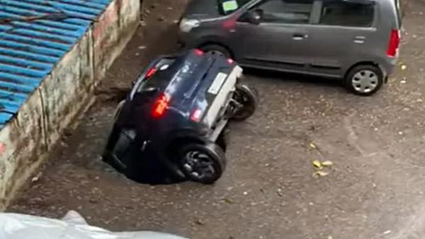 देखते ही देखते जमीन के अंदर समा गई पूरी कार, देखें मुंबई की घटना का हैरान करने वाला वीडियो