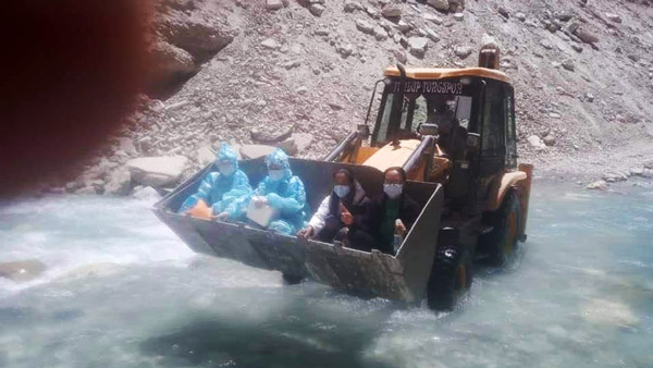 Corona Warriors crossed the river sitting on JCB, people saluted the spirit