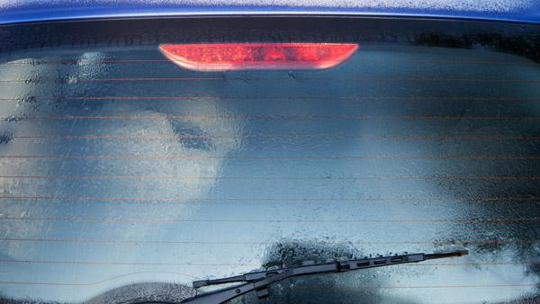 कार की पिछली विंडशील्ड पर क्यों बनी होती हैं लाइन्स? क्या आपको पता है इसका कारण
