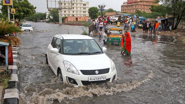 बारिश के दौरान कार चलाते हुए इन बातों का रखें ध्यान, वर्ना झेलना पड़ सकता है भारी नुकसान