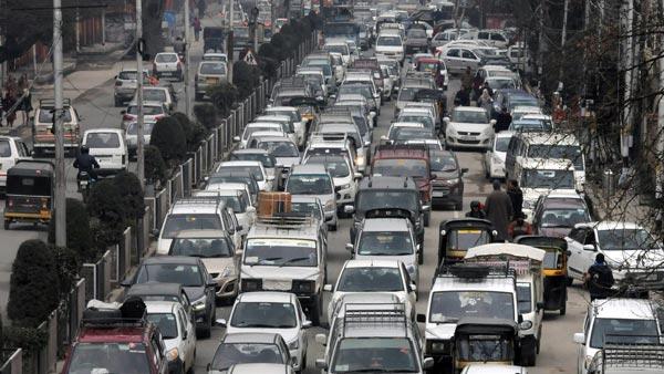सड़कों पर दौड़ रहे हैं 2 करोड़ से ज्यादा 20 साल पूराने वाहन, शहरों में बढ़ा रहे प्रदूषण