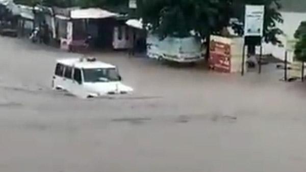 """बाढ़ के पानी में ऐसे चली Bolero कि आनंद महिंद्रा रह गए हैरान, लोगों ने कहा- """"महिंद्रा है तो मुमकिन है"""""""