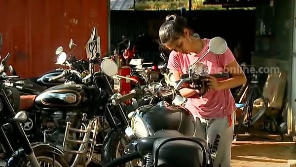 19 साल की यह लड़की दीवानी है Royal Enfield मोटरसाइकिलों की, उन्हें रिपेयर करने में है माहिर