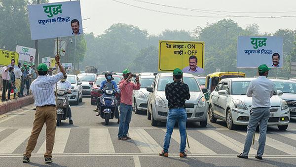 दिल्ली में सर्दियों के पहले प्रदूषण से निपटने की कोशिश शूरू, रेड लाइट पर इंजन बंद रखने की अपील