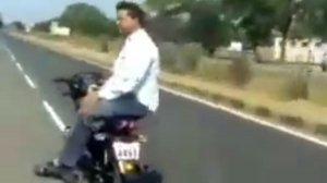 बिना ड्राइवर के दौड़ रही थी बाइक, आनंद महिंद्रा ने शेयर किया वीडियो तो लोगों ने जताई नाराजगी