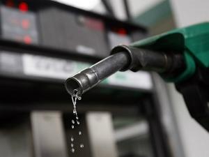 पेट्रोल-डीज़ल के दामों में आईओसी ने की कटौती, कल देर रात से लागू हो गईं नई कीमतें